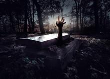 Main surgissant de la tombe
