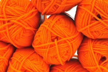 Les pelotes de laine orange