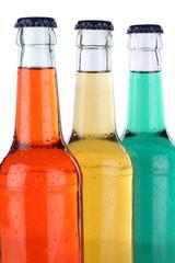 Bunte Getränke Limonade und Softdrinks in Flaschen isoliert