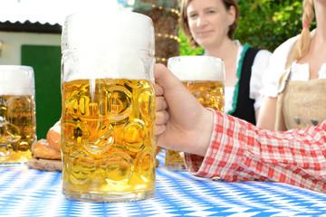 Tisch mit Maß Bier zum Oktoberfest
