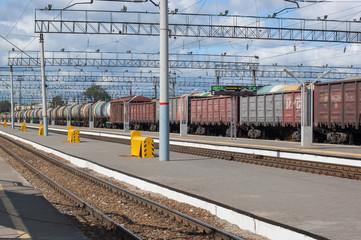 Товарный состав на железнодорожной станции