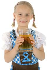 Mädchen in Dirndl hält Krug mit Apfelsaft