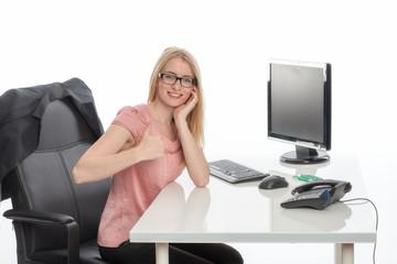 Chefin am Schreibtisch zeigt Daumenhoch