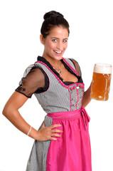 Junge dunkelhaarige Frau mit Bierkrug