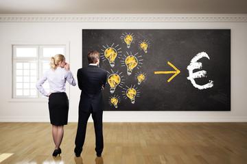 Geschäftsleute denken über Monetarisierung von Ideen nach