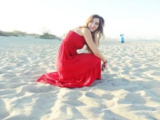 mujer de vestido rojo en playa