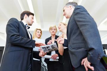 Gruppe von Geschäftsleuten diskutiert im Büro