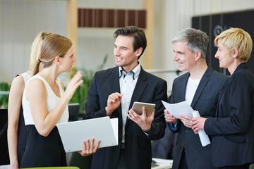 Geschäftsleute diskutieren im Büro als Team