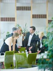 Geschäftsleute reden über Entscheidung im Büro