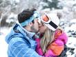 Paar küsst sich im Winter im Skiurlaub