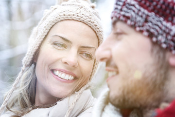 Lachendes Paar zusammen im Winter
