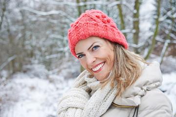 Lachende Frau im Winter im Wald