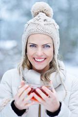Frau mit Tee draußen im Winter