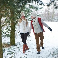 Paar geht spazieren im Winter im Schnee