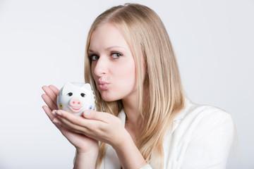 Mädchen küsst Sparschwein