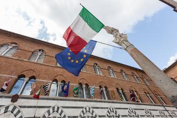 Bandiera italiana ed europea, Duomo di Siena, Italy