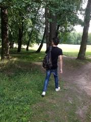 парень идет по лесу