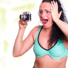 Frau beim fotografieren, fässt sich vor Freude an Kopf