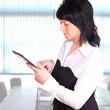 Geschäftsfrau arbeitet mit einem Tablet