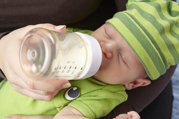 Säugling (Baby) bekommt das Fläschchen