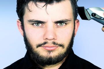jeune homme qui se rase la tête