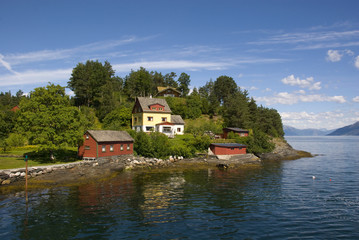 häuser am hardangerfjord, norwegen