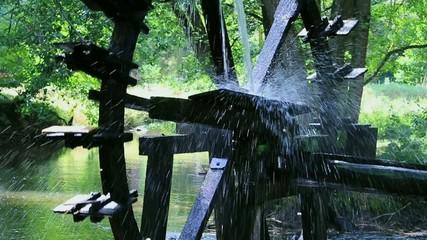 Wasserrad am Fluss in Zeitlupe