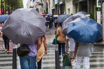 mit dem Regenschirm in der Stadt