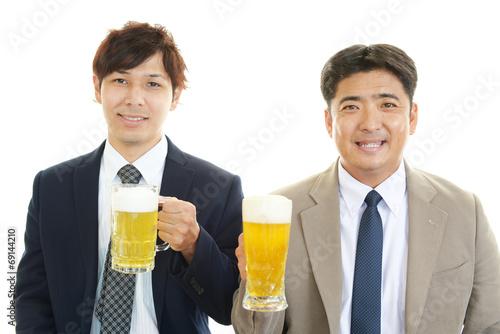 乾杯する笑顔のビジネスマン