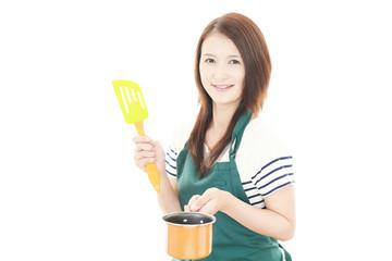 鍋を持つ笑顔の女性