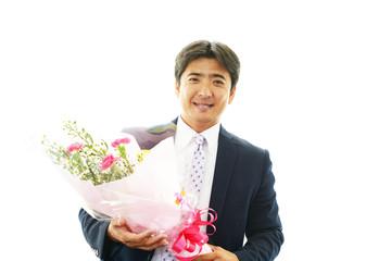 花束を持つ笑顔の男性