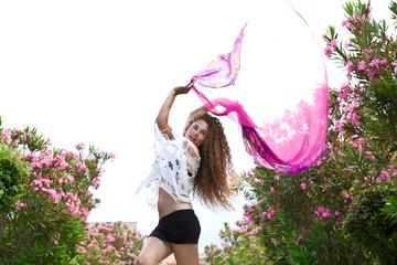 Девушка с розовой тканью