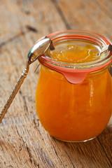 Ein Glas selbstgemachter frischer Melonenkonfitüre