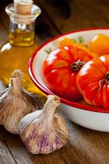 Tomaten in Schale, Knoblauch und Olivenöl