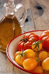 Erntefrische Tomaten in einer Schale und Olivenöl