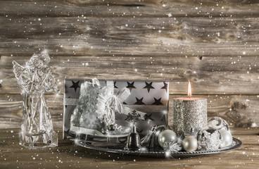 Weihnachtsdekoration winterlich in Silber mit Holz und Engel
