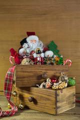 Alte Weihnachtsdekoration mit Santa auf Holz Hintergrund