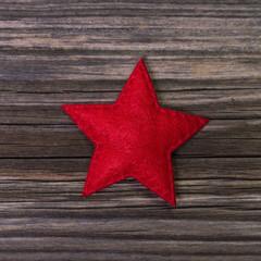 Weihnachten: Ein roter Stern auf Holz