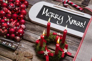 Merry Xmas: Weihnachtskarte mit Text, Kerzen und in Rot