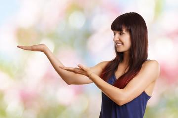 junges Mädchen hält Hände für Werbefläsche