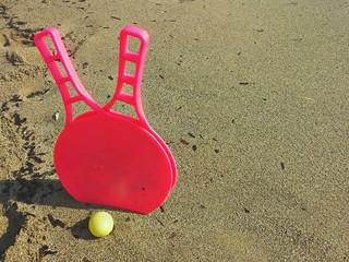 Racchettoni rosa sulla spiaggia