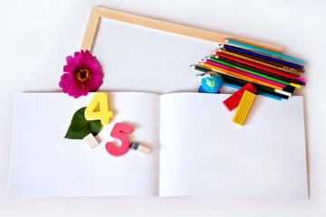Цветные карандаши и предметы для школы