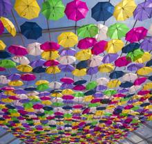 Rue avec umbrellas.Agueda couleur, Portugal