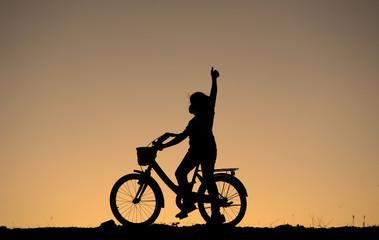 çocuk bisikletçi