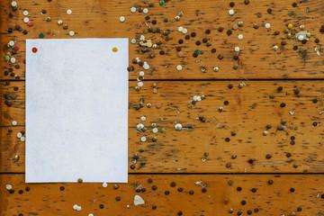 Pinnwand mit vielen Reißzwecken © Matthias Buehner