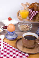 Müsli, Quark, Ei und Kaffee