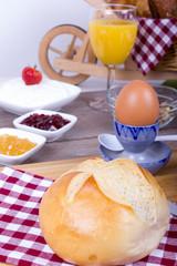 Gesundes Frühstück mit Brötchen und Quark
