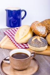 Kaffee mit Milch und vielen Brötchen