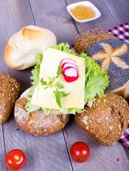 Brötchen, mit Käse belegt und Marmelade