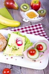 Obstfrühstück mit belegten Brötchen